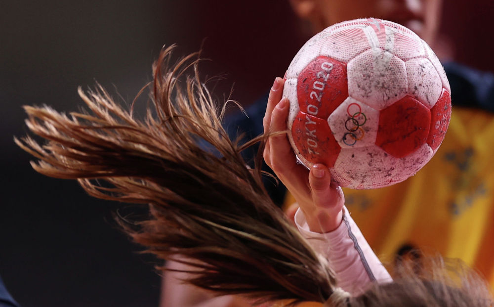 Момент гандбольного матча между женскими сборными Швеции и России на Олимпиаде