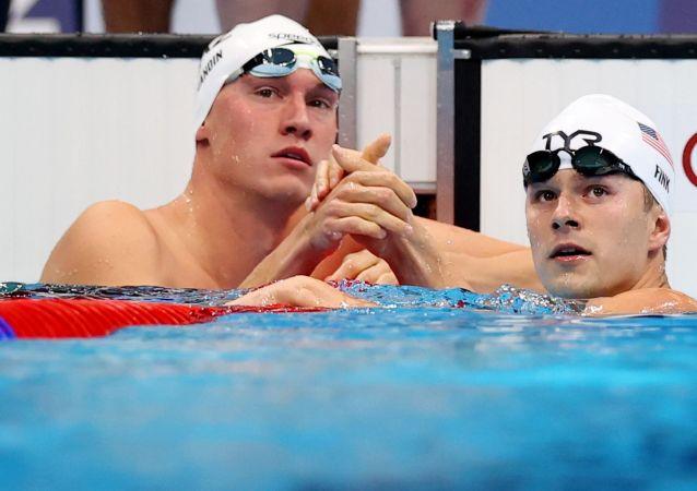 Дмитрий Баландин и Ник Финк после отборочного заплыва на 200 метров брассом на Олимпиаде