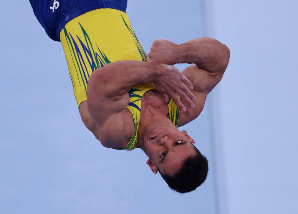 Айо Соуза из Бразилии выполняет опорный прыжок