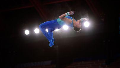 Милад Карими выступает на перекладине в олимпийском многоборье
