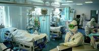 Врачи в защитных костюмах в отделении реанимации больницы с коронавирусом