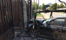 Машина влетела в ворота частного дома