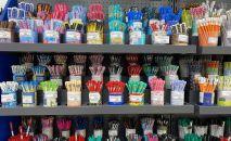 Полки с канцелярскими товарами в магазине