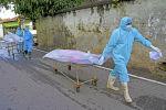 Работники морга вывозят тела погибших от коронавируса пациентов