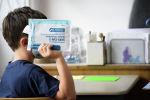 Ученик держит комплект для экспресс-теста на коронавирус в начале урока