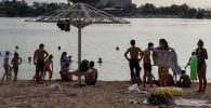Люди на городском пляже