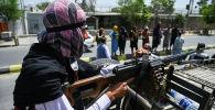 Боевик Талибана* с пулеметом на въезде в Кабул