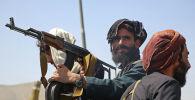 Боевики Талибана* на дороге в Кабул