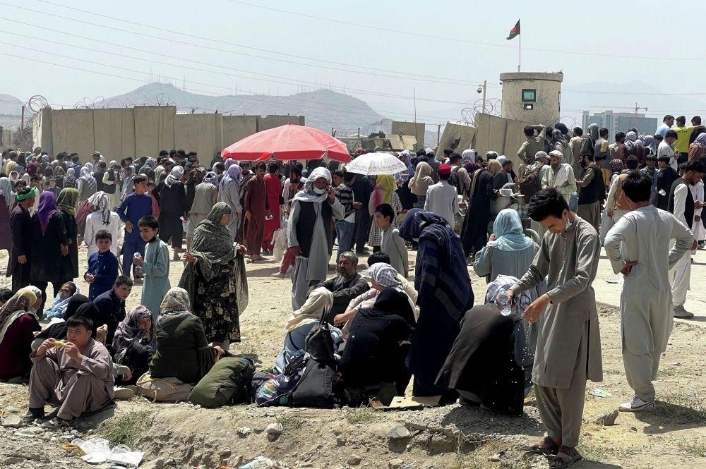 Толпа афганских беженцев у ограды аэропорта Кабула