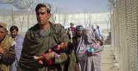 Афганские беженцы пытаются покинуть страну через границу с Пакистаном