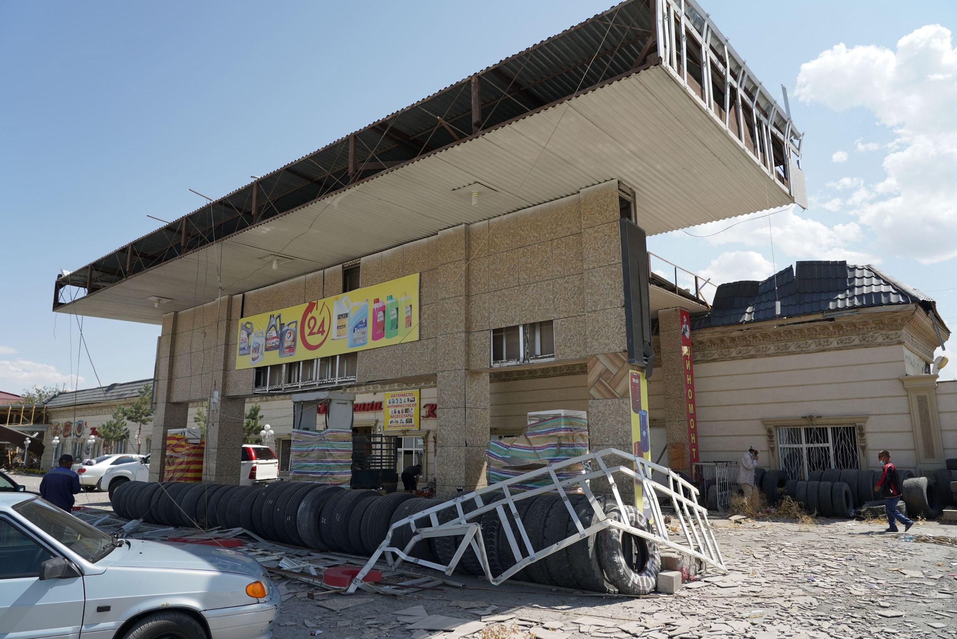 Поврежденные взрывами объекты придорожного сервиса