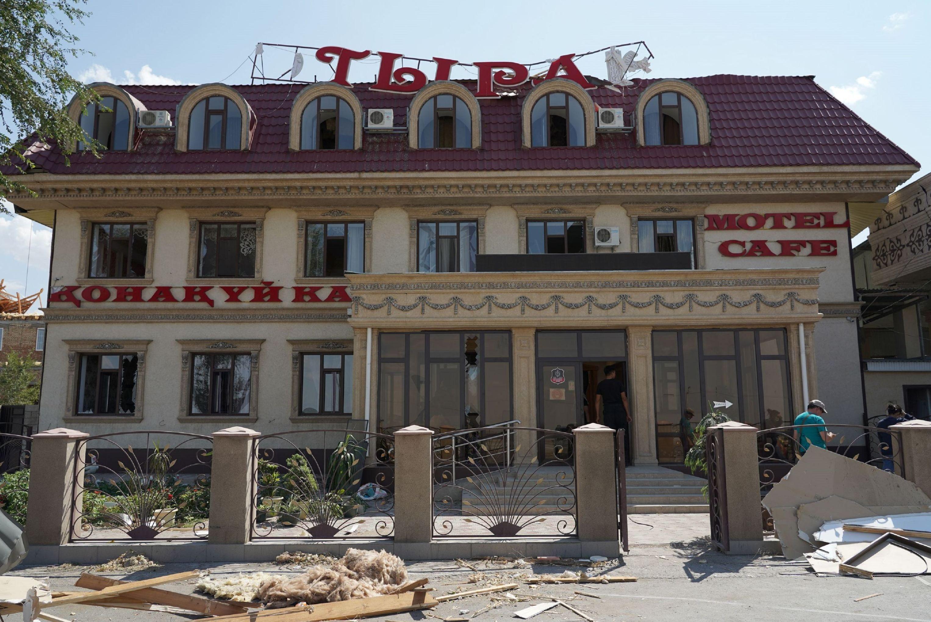 Поврежденный взрывами гостиничный комплекс