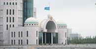 Приспущенный флаг в День национального траура, здание правительства