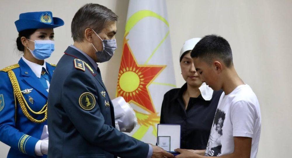 Қорғаныс министрі Нұрлан Ермекбаев Тараз маңында қаза тапқан әскерилердің отбасыларына награда табыстап жатыр