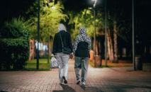 Две женщины идут по вечерней улице