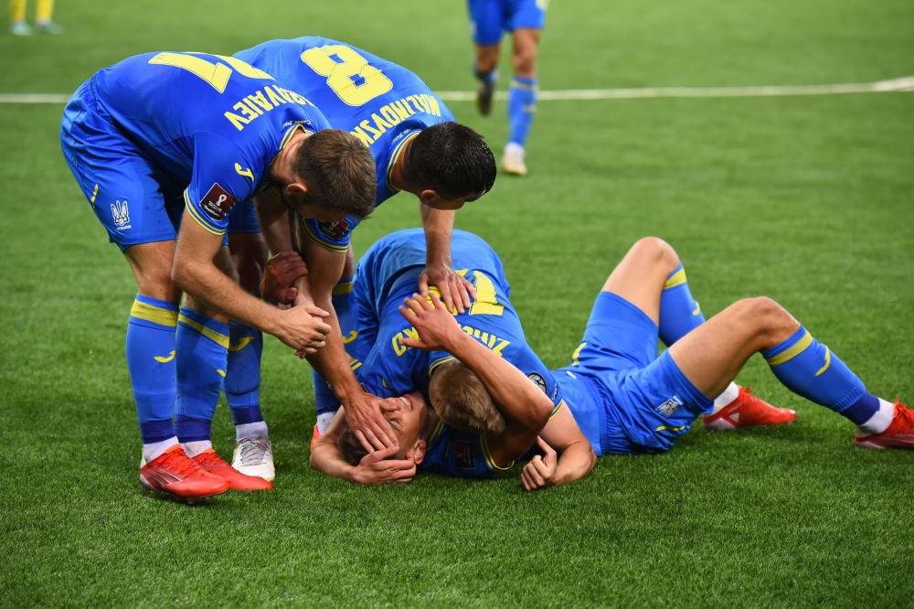 Игроки сборной Украины на футбольном поле во время матча со сборной Казахстана