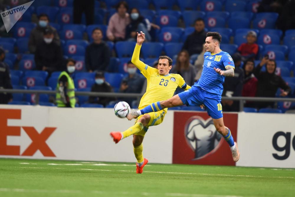 Фрагмент матча между сборными Казахстана и Украины по футболу в рамках отбора на чемпионат мира