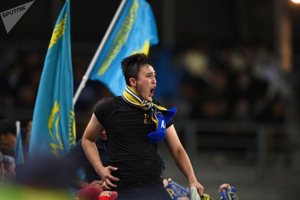 Болельщик казахстанской сборной по футболу на матче с Украиной