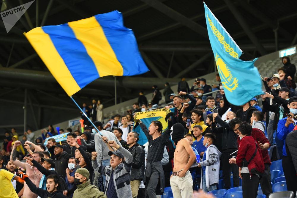 Болельщики сборной Казахстана на стадионе в Нур-Султане