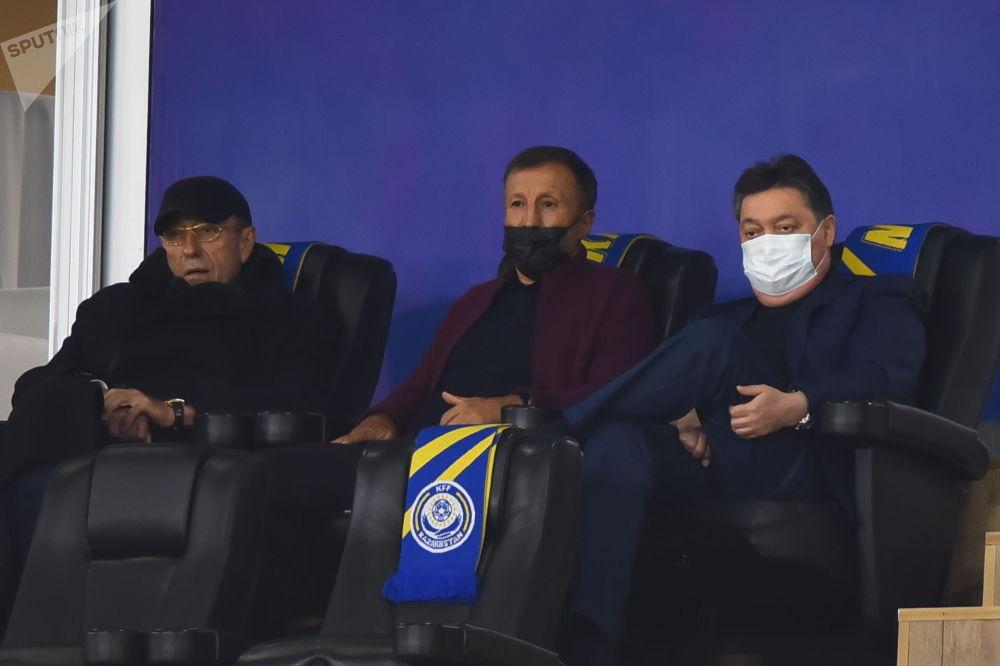 Поболеть за национальную сборную пришли глава правительства Аскар Мамин и руководитель Казахстанской федерации футбола Адильбек Джаксыбеков