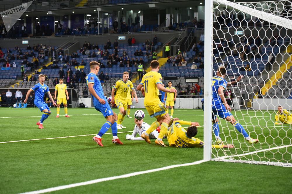 Момент матча между сборными Казахстана и Украины по футболу в рамках отбора на  чемпионат мира