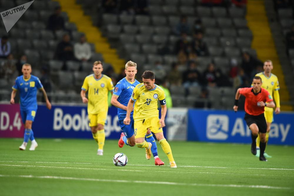 Полузащитник казахстанской сборной Азат Нургалиев в матче против Украины
