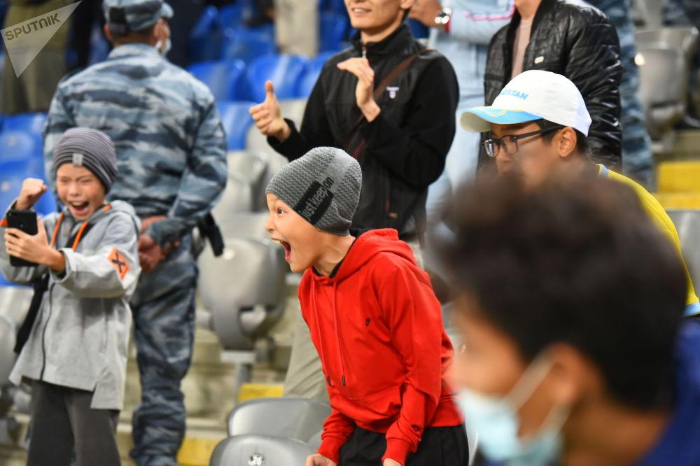 Юные болельщики казахстанской сборной по футболу