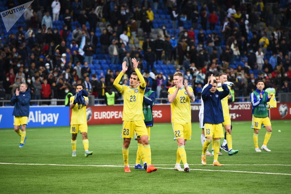 Игроки сборной Казахстана благодарят зрителей и болельщиков за поддержку