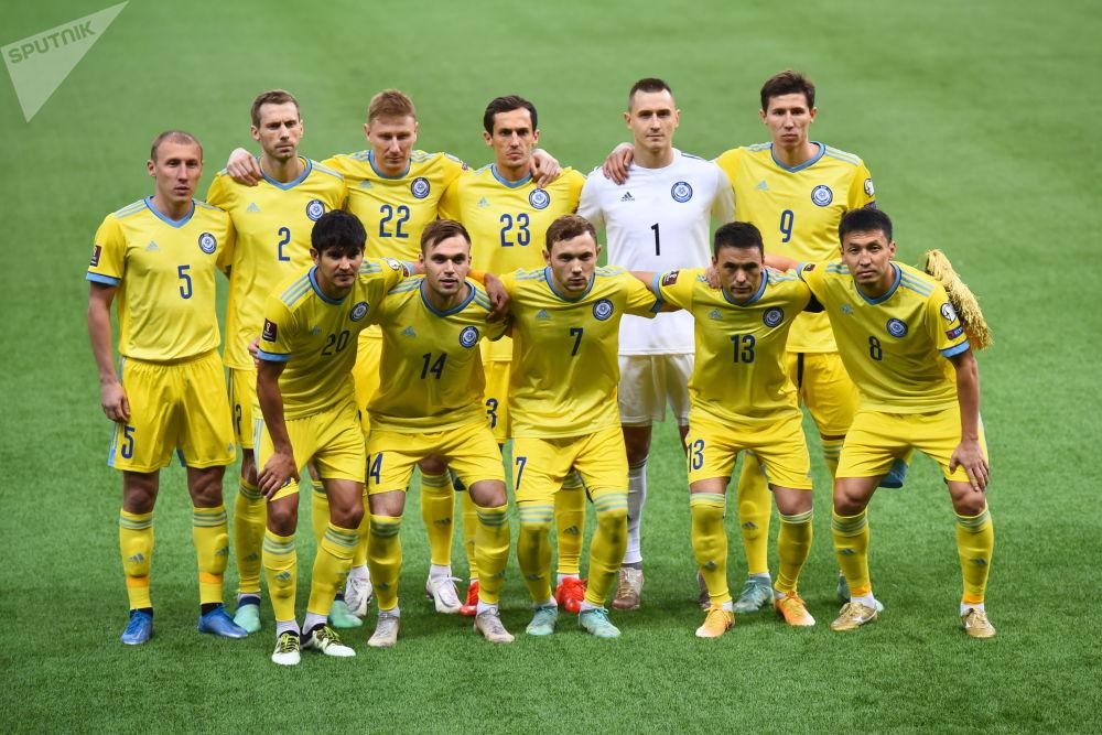 Сборная Казахстана позирует перед матчем с Украиной