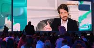 Экс-сотрудник американских спецслужб Эдвард Сноуден во время выступления (на экране) в рамках II просветительского марафона Новое Знание