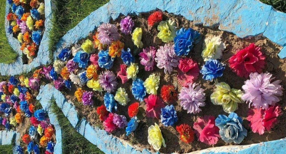 Актауцы пожаловались на кладбищенские цветы в центре города