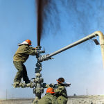 Нефтяники ставят заглушку на нефтяной фонтан.
