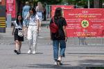 Люди гуляют по улицам Алматы