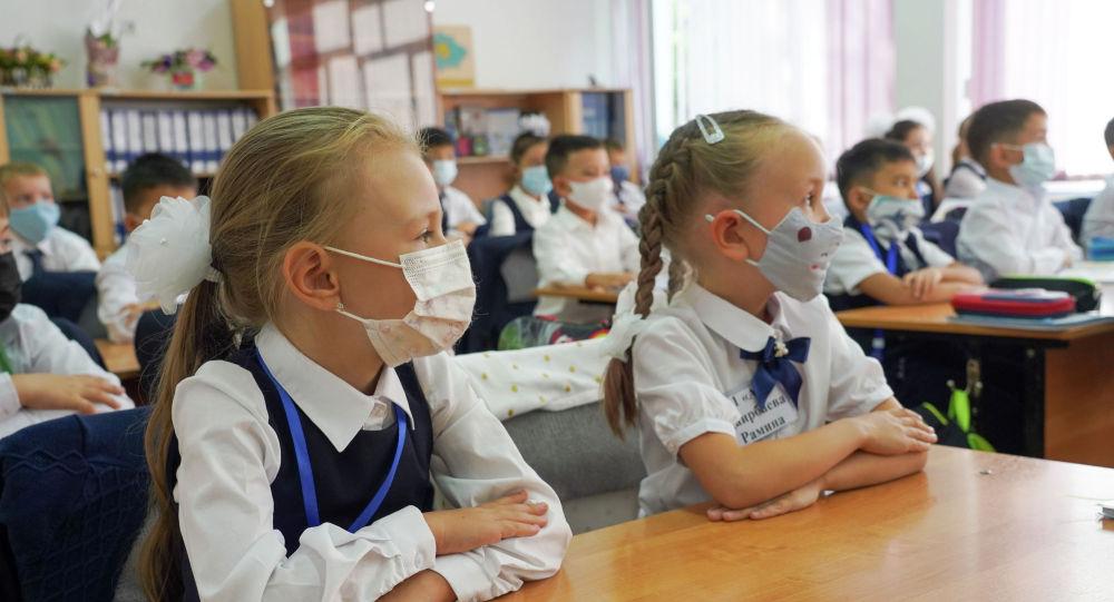На уроках все ученики обязательно должны сидеть в масках