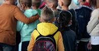 Школьники идут на уроки