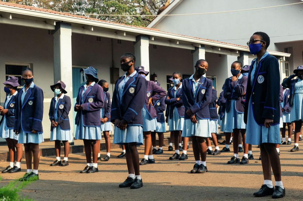 Школьники государственной школы в Зимбабве. Учебные заведения были вновь открыты после того, как власти начали ослаблять изоляцию от коронавируса