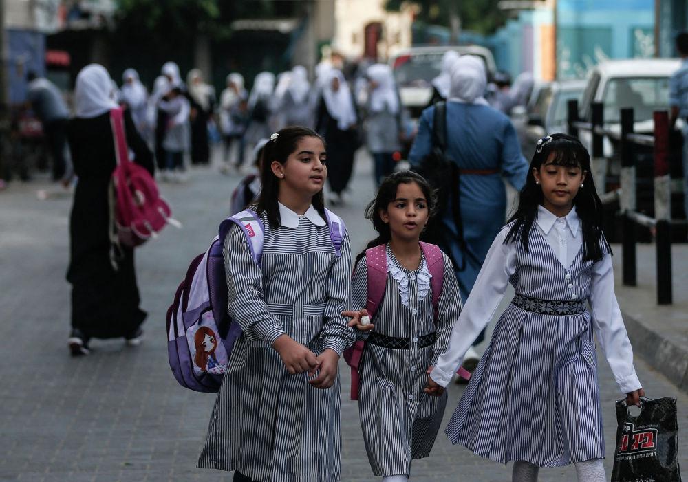 Палестинские школьницы по дороге на урок