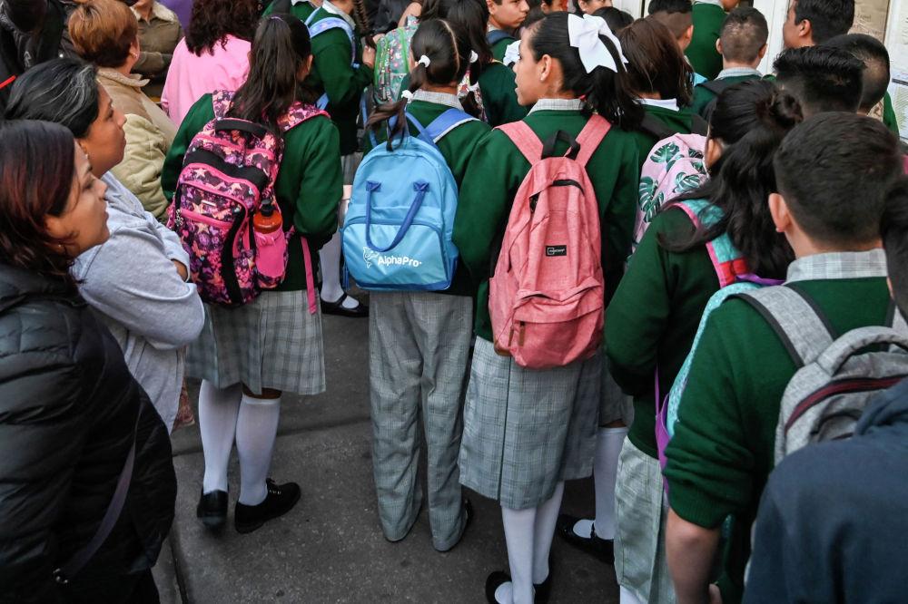 Мексиканские школьники у входа в школу