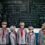 Ученики начальной школы Красной Армии носят пионерские галстуки и фуражки со звездой