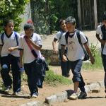 Школьники направляются в школу в Асунсьоне, Парагвай