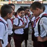 Школьники болтают во время перемены между уроками в Гаване