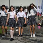 Первое сентября в регионах России. Школьницы идут на торжественную линейку, посвященную Дню знаний, в Сочи