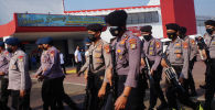 Индонезийская полиция патрулирует тюрьму в Тангеранге 8 сентября 2021 года после того, как вспыхнул пожар, в результате которого погибли заключенные