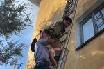 Трех детей вынесли из горящего дома пожарные в Алматинской области