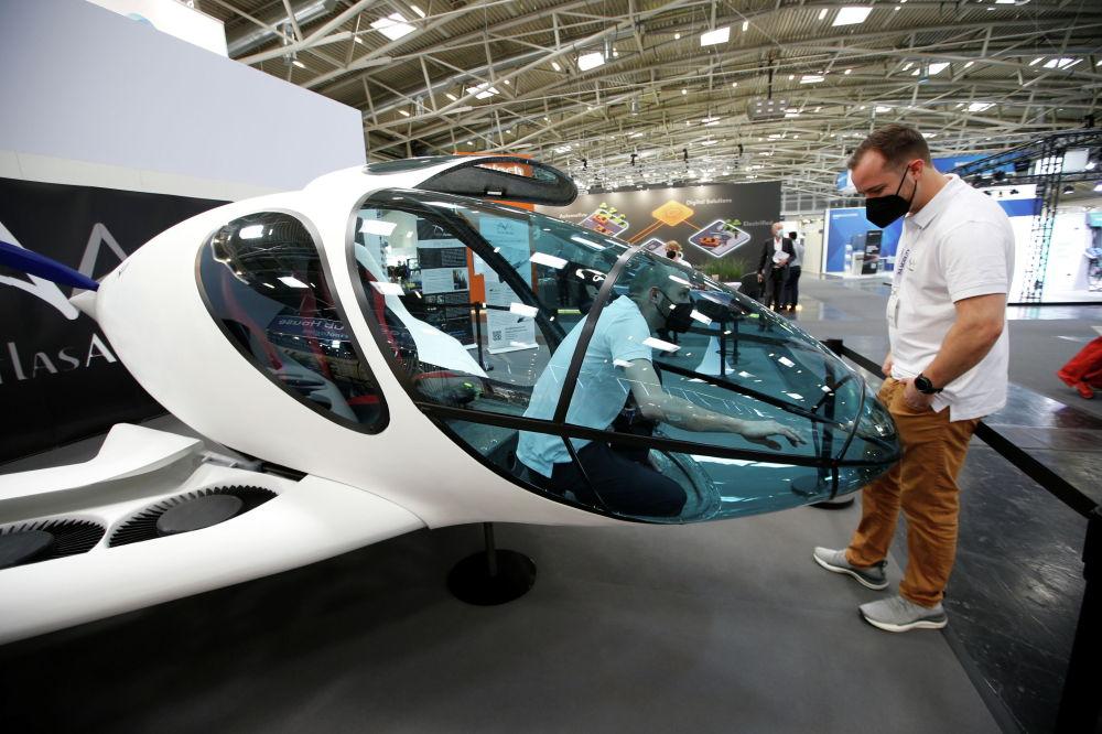 Atlas Аэро Origin, полный электрический персональный самолет, на дисплее во время Мюнхенской Auto Show , IAA Mobility 2021, в Мюнхене , Германия, 7 сентября 2021 г. REUTERS / Michaela Rehle