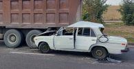 Десять человек на Жигулях оказались под грузовиком на улице Монке би