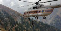Вертолет Казавиаспас и спасатели РОСО эвакуируют пострадавшего туриста