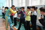 Известный казахстанский боксер Нурсултан Кощегулов обучает детей