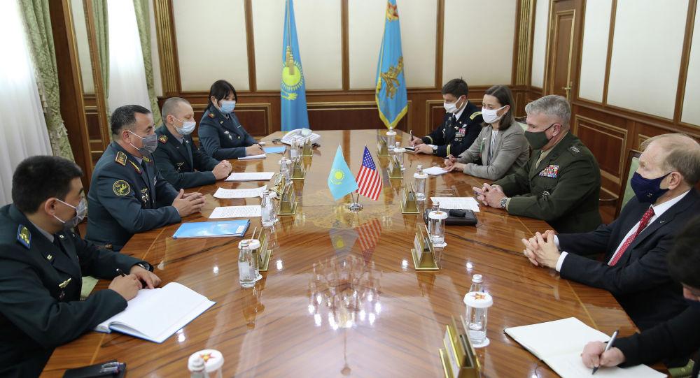 Встреча министра обороны Мурата Бектанова и главы Центрального командования ВС США генерала Кеннета Маккензи