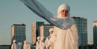 Художницы в образе белых лебедей выступили в защиту Малого Талдыколя